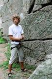 L'homme assure la sécurité du grimpeur photo stock