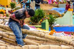 L'homme attache ensemble le cadre en bambou de cerf-volant, festival géant de cerf-volant, Santia photos libres de droits