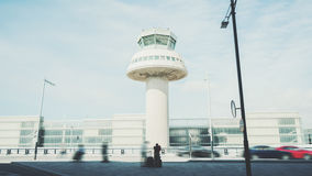 L'homme attend le taxi dans l'aéroport Photo stock