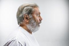 L'homme attirant supérieur semblant étonné d'isolement sur le blanc Image stock