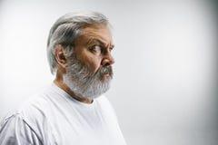 L'homme attirant supérieur semblant étonné d'isolement sur le blanc Photographie stock
