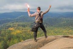 L'homme au sommet de la montagne apprécie la beauté de la nature Pour atteindre les objectifs Photo stock