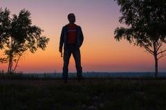 L'homme au sommet de la montagne se réjouit au succès gagnant Photographie stock libre de droits