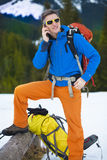 L'homme au téléphone tout en voyageant photographie stock