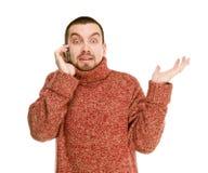 L'homme a avec émotion parlé par le téléphone portable photo libre de droits
