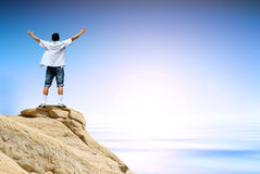 Homme de gagnant sur le dessus de montagne Images libres de droits