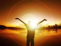 L'homme avec des bras a tendu la vie d'énergie de coucher du soleil de liberté de silhouette Images libres de droits