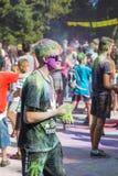 L'homme avec des glases ont l'amusement pendant le festival de couleur Images libres de droits