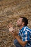 L'homme avec des mains s'est soulevé dans le culte et l'éloge Image stock