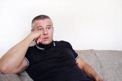 L'homme avec des verres souffre de la dépression Problèmes dans la vie personnelle et au travail Effort et dépression La migraine photos stock