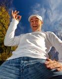 L'homme avec en bon état signent dedans l'automne Images libres de droits