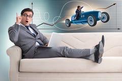 L'homme avec l'idée lumineuse se reposant sur le sofa Images stock