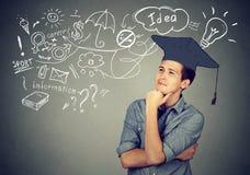 L'homme avec l'obtention du diplôme pensant à l'éducation a beaucoup d'idées Photo stock