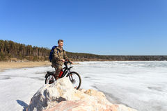 L'homme avec la bicyclette Photo stock