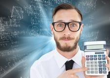 L'homme avec la calculatrice contre la tache floue de mouvement bleue avec des maths gribouille Photographie stock libre de droits