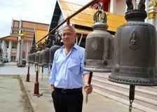 L'homme avec la grande cloche dans le temple Photos stock