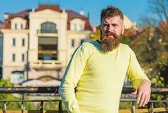 L'homme avec la longue barbe apprécient la vue du balcon Concept de relaxation L'homme barbu ont le repos le jour ensoleillé deho images libres de droits