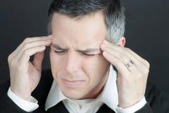 L'homme avec la migraine retient des temples Images stock