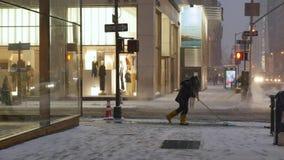 L'homme avec la pelle dégage la neige entreprises de Manhattan d'avenue d'extérieur de trottoir des 5èmes clips vidéos
