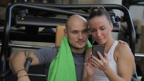 L'homme avec la serviette autour de son cou et la jeune femme prennent la photo au téléphone clips vidéos