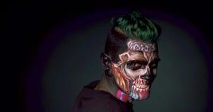 L'homme avec le crâne lumineux composent et la tête émouvante de coupe de cheveux élégante banque de vidéos