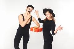 L'homme avec le faux boîte-cadeau de présent de moustache a choqué la femme Photos libres de droits