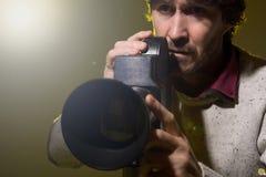 L'homme avec le rétro appareil-photo tire l'effort de film Image stock