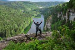 L'homme avec le sac à dos se tient sur la montagne Images stock