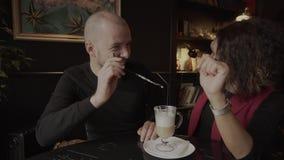 L'homme avec le tube dans des calomnies d'une plaisanterie sur le nez de son café de crema d'amie banque de vidéos