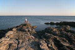 L'homme avec le vélo sur le bord de la mer Image libre de droits