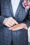 L'homme avec les anneaux de mariage à disposition Photos libres de droits