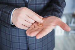 L'homme avec les anneaux de mariage à disposition Image libre de droits
