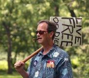 L'homme avec Live Free ou meurent signe au rassemblement de thé Photos stock