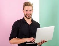 L'homme avec l'ordinateur portable travaille comme expert en matière de smm Le directeur de Smm favorise des marques et des artic image stock
