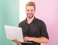 L'homme avec l'ordinateur portable travaille comme expert en matière de smm Le directeur de Smm favorise des marques et des artic photo libre de droits
