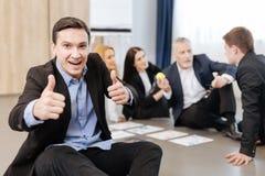 L'homme avec plaisir heureux montrant des pouces lèvent le geste Image libre de droits