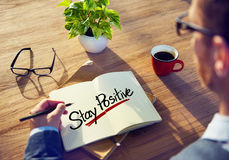 L'homme avec une note et Word simple restent positifs Photographie stock