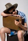 L'homme avec une valise attend l'appel téléphonique Photo libre de droits