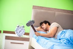 L'homme ayant des ennuis avec son sommeil photo stock