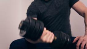 L'homme balance des muscles le poids tenant son disponible banque de vidéos