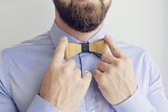L'homme barbu ajuste le lien Photo stock