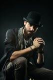 L'homme barbu dans un chapeau de lanceur a serré ses mains dans la serrure Images stock