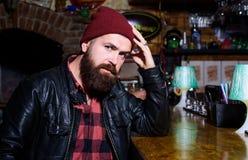 L'homme barbu de hippie brutal s'asseyent au compteur de barre Vendredi soir Hippie d?tendant ? la barre La barre d?tend l'endroi image stock