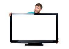 L'homme barbu drôle a enroulé ses bras autour du poste TV large sur le fond blanc Le fichier contient un chemin à l'isolement Photographie stock libre de droits