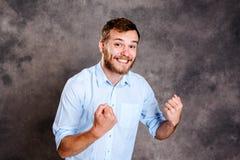 L'homme barbu est étonné et montrant les mains ouvertes images libres de droits