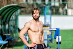 L'homme barbu a les cheveux élégants, corps sportif détendent au stade images libres de droits