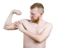 L'homme barbu mesure le son biceps images stock
