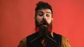 L'homme barbu montre un grand choix d'émotions avec des coeurs dans sa barbe Concept de jour du ` s de Valentine banque de vidéos