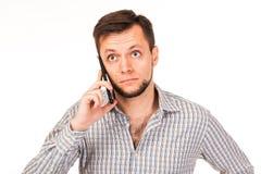 L'homme barbu parle au téléphone Pose avec différentes émotions Simulation de conversation photos stock