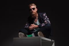 L'homme barbu s'assied dans le studio Photographie stock libre de droits